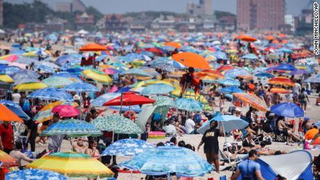 Pantai di Pulau Coney di New York banyak dikunjungi selama liburan akhir pekan.