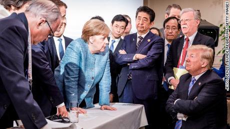 "Setelah KTT G7 yang penuh dendam pada tahun 2018 di Kanada dan a ""agak menyedihkan"" hasil, kantor Merkel merilis foto ini."