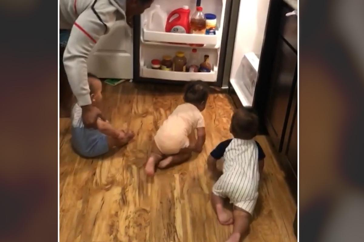 Ayah berjuang untuk bertengkar kembar tiga menyerang lemari es dalam video lucu