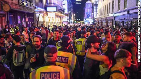 """Kerumunan besar di Soho, London pusat, terus """"Sabtu Super."""""""