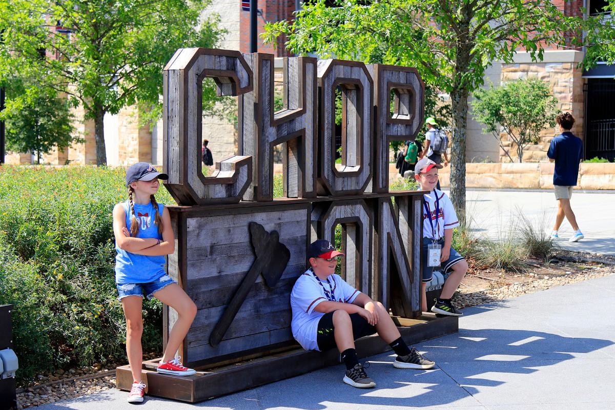 Berani menghapus patung 'Chop On' dari luar stadion