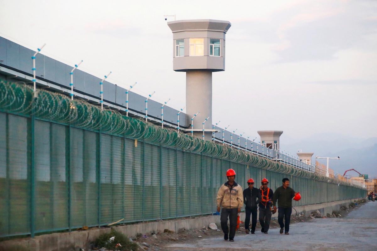 China menggunakan tenaga kerja paksa Uighur untuk memproduksi secara massal masker wajah coronavirus