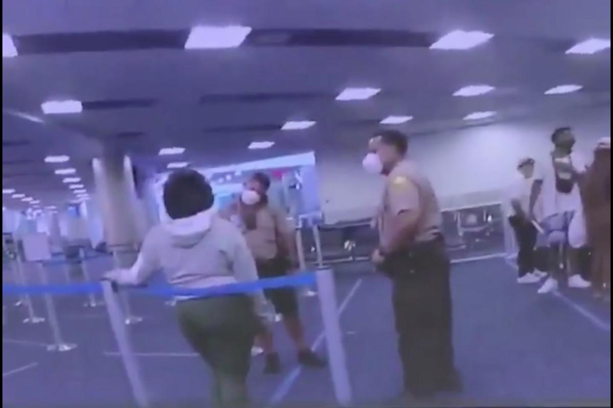 Cop wajah wanita siput di Bandara Internasional Miami, tayangan video
