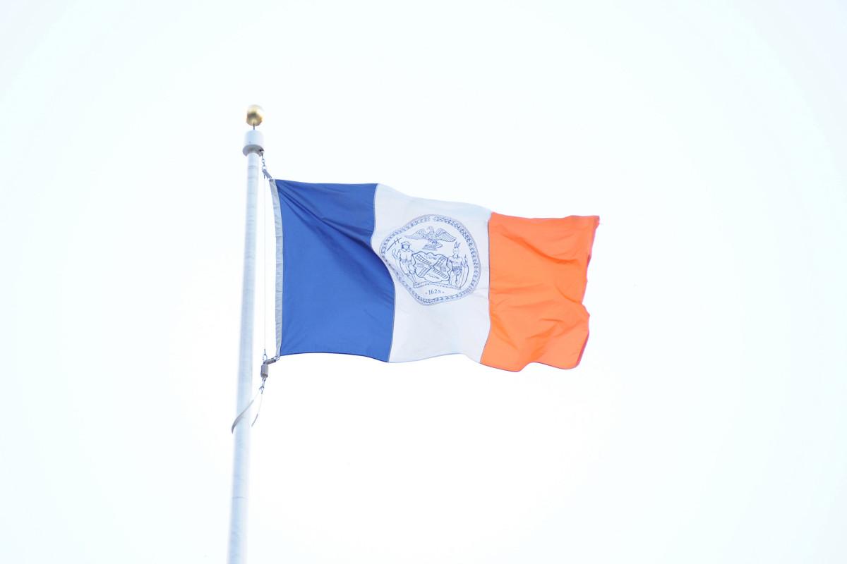 De Blasio berpikir NYC harus memeriksa kembali segel yang menggambarkan penduduk asli Amerika