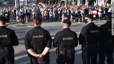 Orang kuat Belarus menghadapi protes massa setelah memenjarakan saingan utamanya