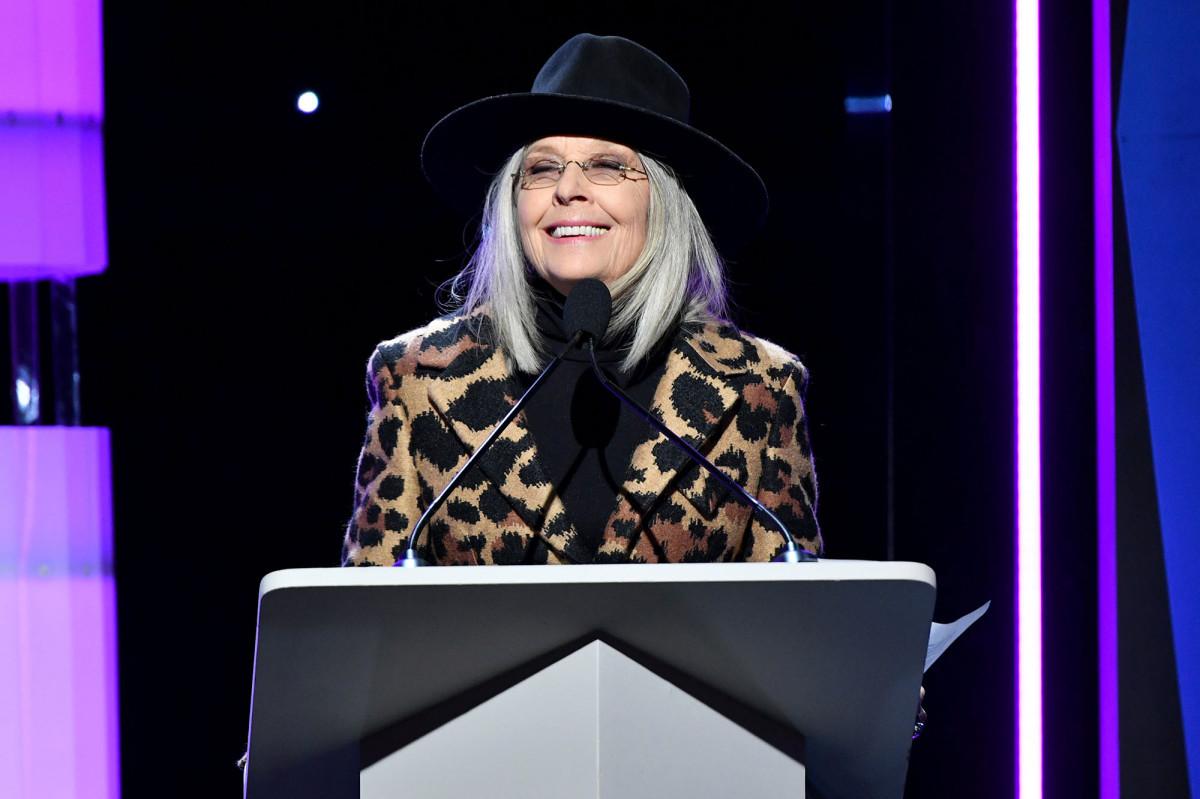Diane Keaton memamerkan koleksi topinya yang besar