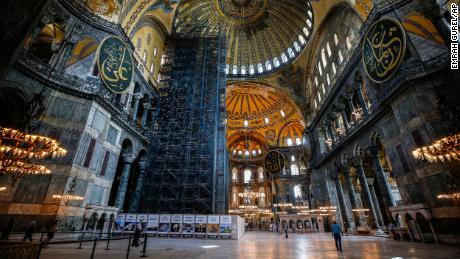 Orang-orang mengunjungi Hagia Sophia era Bizantium, salah satu tempat wisata utama Istanbul di distrik Sultanahmet Istanbul yang bersejarah pada hari Kamis, 25 Juni 2020.