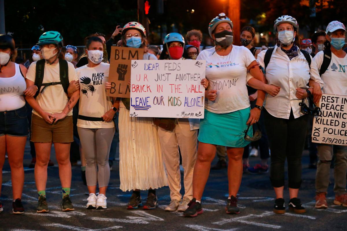 Ibu-ibu Portland membentuk perisai manusia untuk melindungi para pengunjuk rasa dari FBI