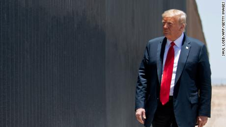 Trump sekarang memblokir sebagian besar jalur hukum untuk berimigrasi ke AS