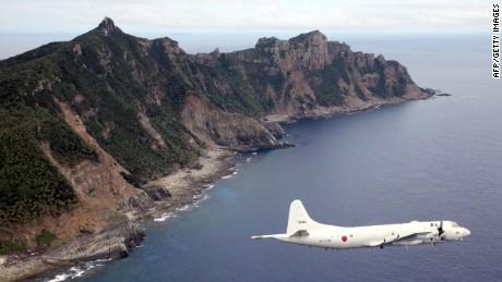 Pesawat Pasukan Bela Diri Jepang terbang di atas Kepulauan Senkaku dalam file foto ini.