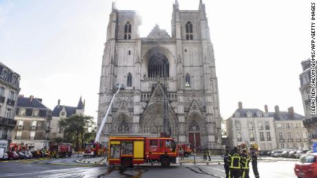 Petugas pemadam kebakaran bekerja untuk memadamkan api di katedral Saint-Pierre-et-Saint-Paul di Nantes.