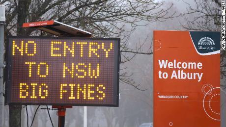 Tanda tidak ada entri ditampilkan di New South Wales, kota perbatasan Victoria Albury pada 7 Juli.