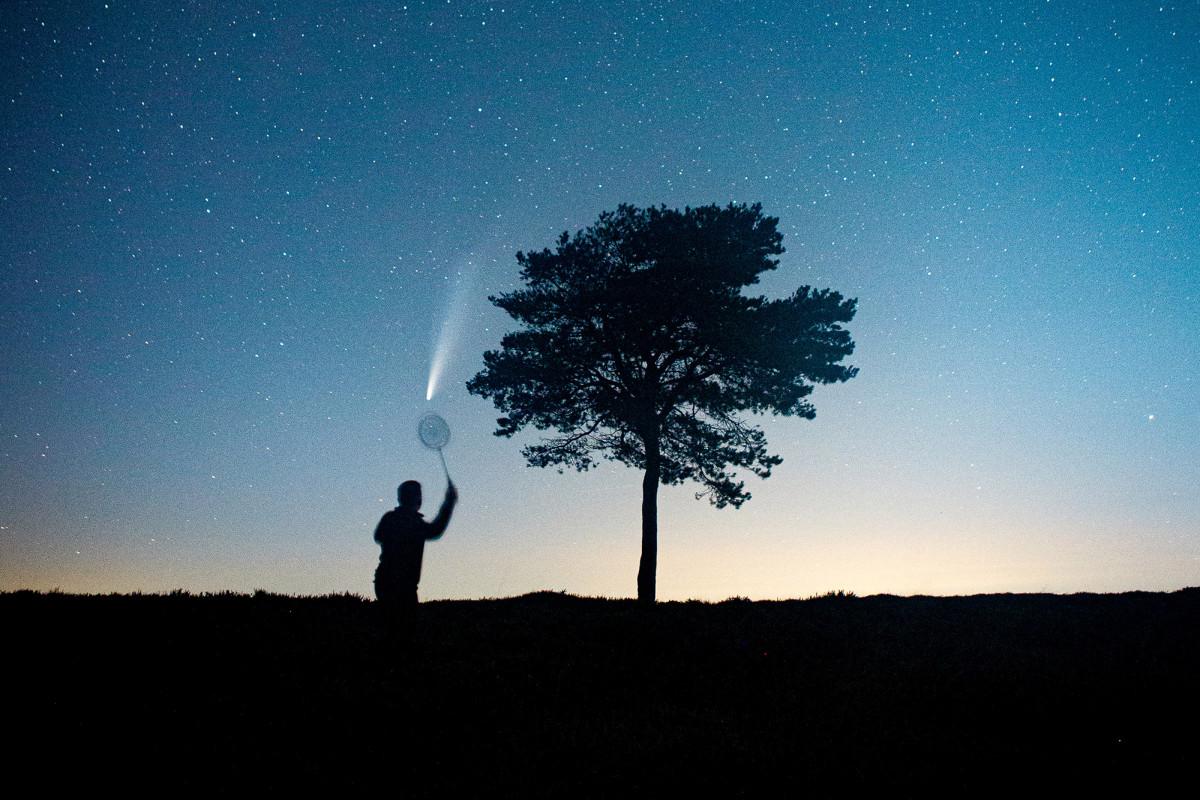 Man 'bermain' bulutangkis dengan NEOWISE komet di foto viral