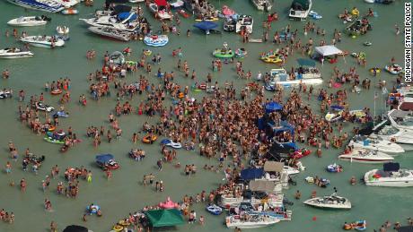 Ratusan orang berkumpul di Danau Torch, di sudut barat laut Semenanjung Bawah Michigan, selama akhir pekan 4 Juli.