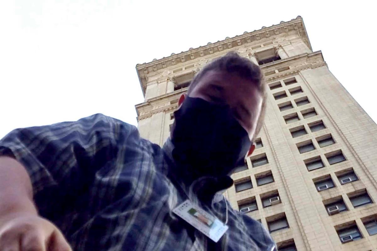 Para pemrotes Balai Kota menyerang wartawan NY Post ketika polisi tidak melakukan apa-apa