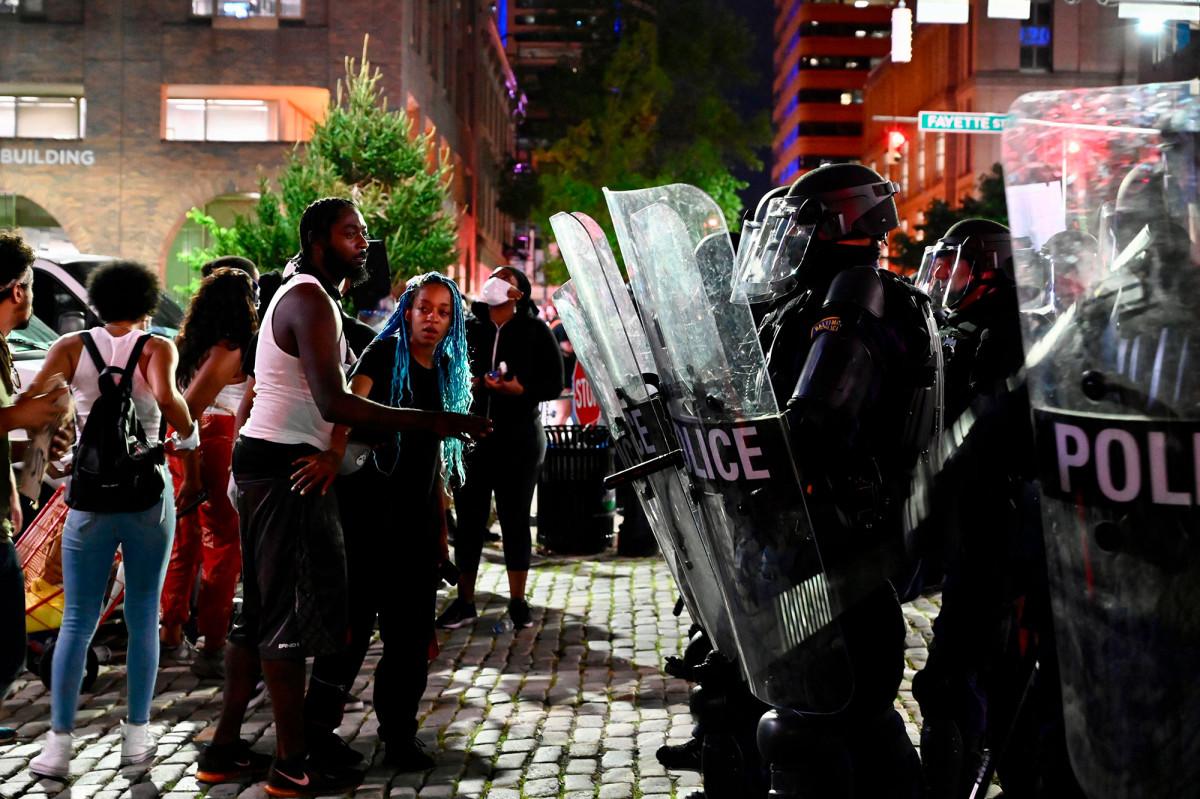 Para pengunjuk rasa merusak gedung polisi di Baltimore