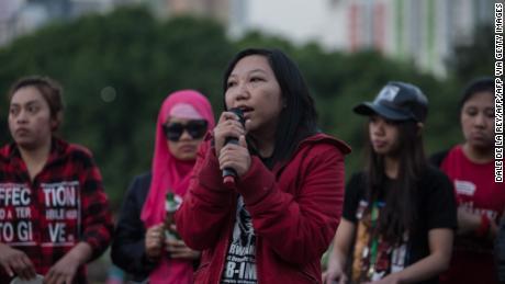 Mantan pekerja rumah tangga Indonesia Erwiana Sulistyaningsih berbicara selama sebuah acara di Hong Kong pada 27 Maret 2016.