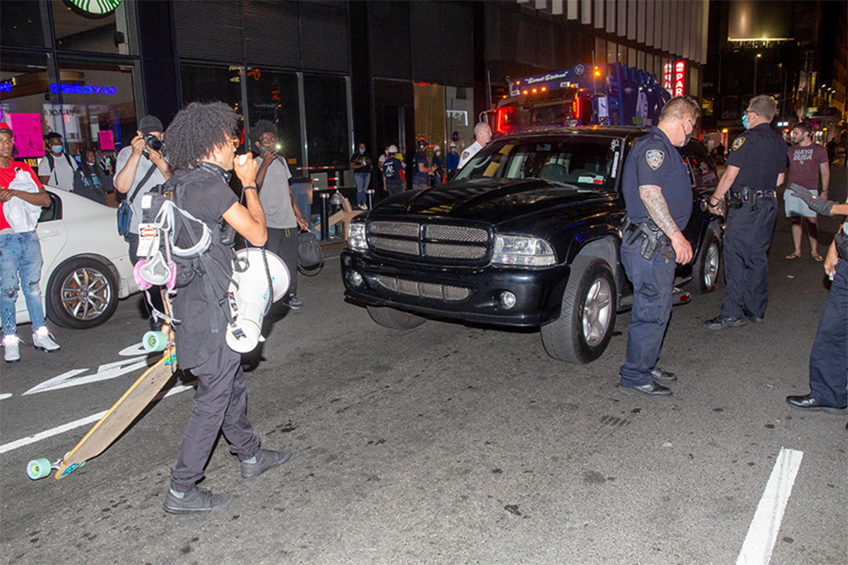 Pengemudi SUV melindas sepeda di protes Black Lives Matter di NYC