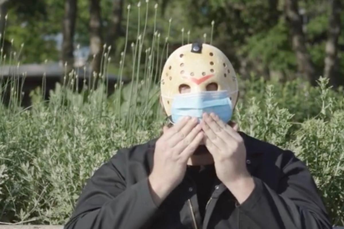 Penjahat 'Friday the 13th' Jason mendorong topeng di PSA