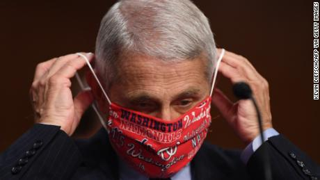 Di tengah lonjakan coronavirus, pejabat kesehatan mendesak orang untuk memakai topeng sebagai simbol penghormatan