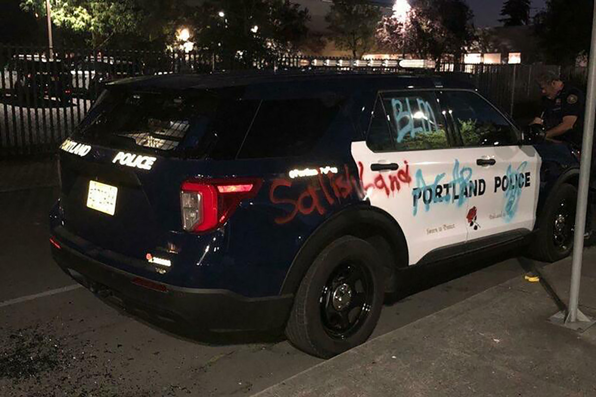 Polisi Portland menyatakan kerusuhan sebagai pengunjuk rasa anti-polisi membakar gedung persatuan