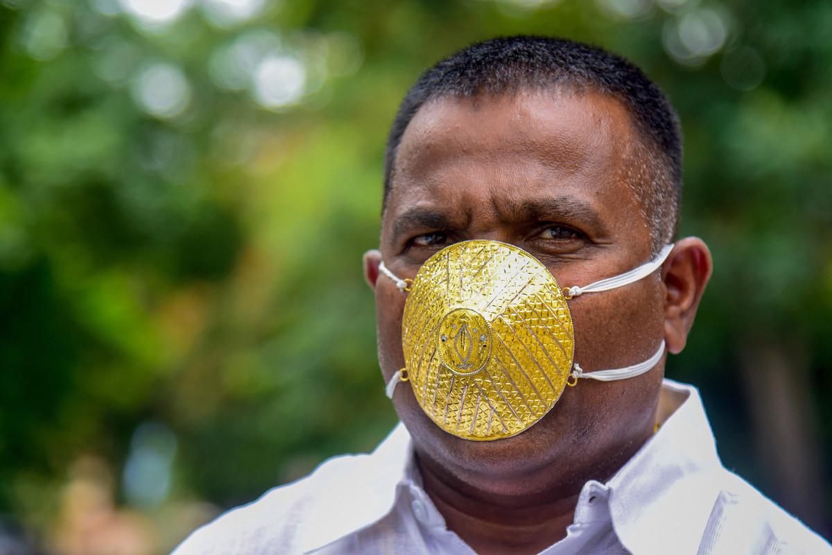 Pria India mengenakan masker wajah emas seharga $ 4.000 selama pandemi coronavirus