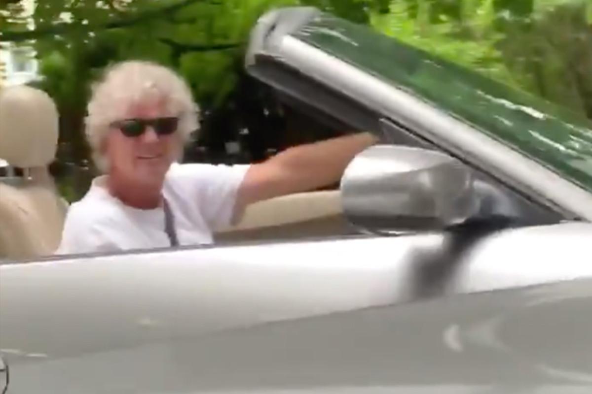 Pria kulit putih berhadapan dengan wanita kulit hitam yang mengemudi di lingkungannya: video