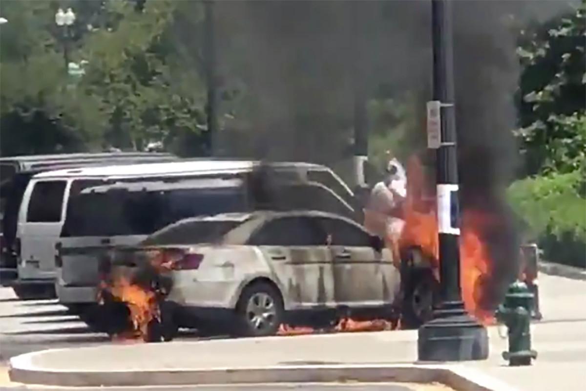 Pria terbakar setelah meledakkan mobil polisi di luar Mahkamah Agung AS