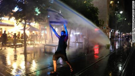 Protes besar mengguncang beberapa negara karena coronavirus memicu kemarahan terhadap pemerintah