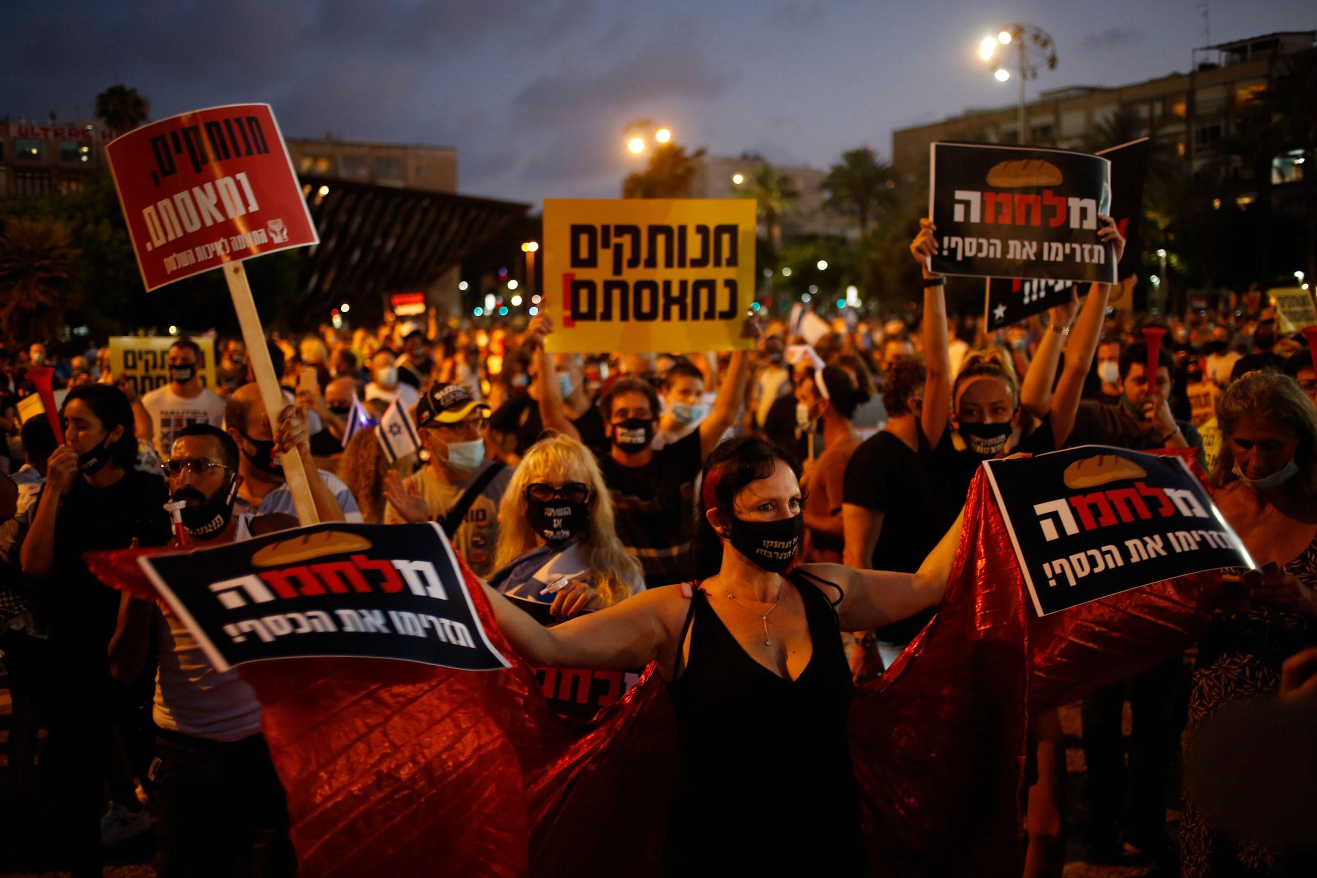 Ribuan orang memprotes penanganan virus corona di Tel Aviv