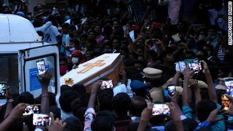 Warga berkumpul ketika mereka membawa peti mati Jayaraj dan putra Bennicks Immanuel, yang diduga disiksa di tangan polisi di negara bagian Tamil Nadu, India.