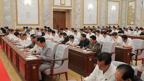Pemimpin Korea Utara Kim Jong Un terlihat pada pertemuan Kamis di foto ini yang disediakan oleh KCNA. Para pejabat tampaknya tidak mengenakan topeng atau mempraktikkan jarak sosial.