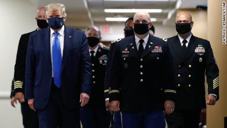 Trump men-tweet gambar dirinya mengenakan topeng dan menyebutnya sebagai patriotik & # 39;