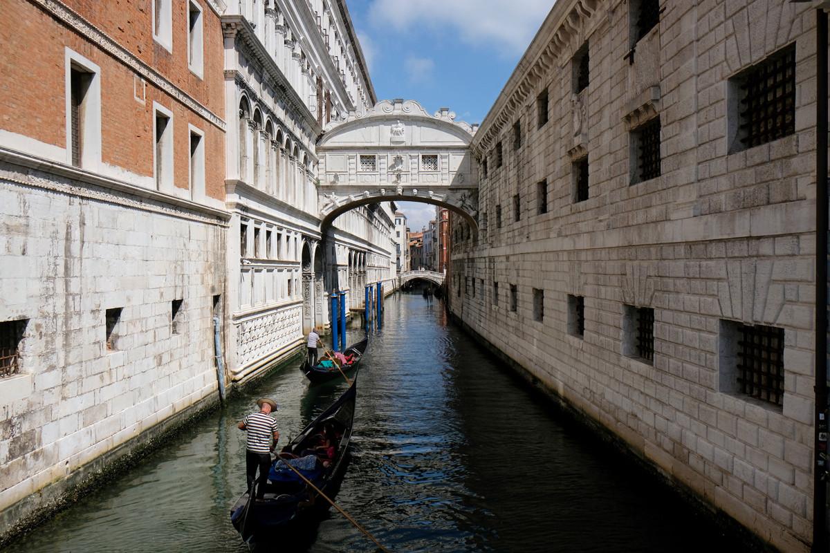 Tur gondola Venesia membatasi kapasitas karena wisatawan 'kelebihan berat badan'