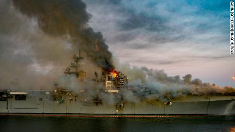 Api membakar kapal USS Bonhomme Richard di San Diego pada 12 Juli 2020.
