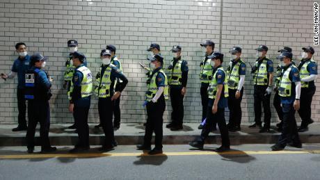 Ratusan petugas polisi dikerahkan untuk menemukan walikota pada Kamis malam.