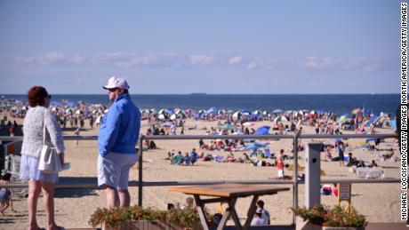 Pantai dan bar ditutup untuk mencegah orang banyak selama akhir pekan Fourth of July