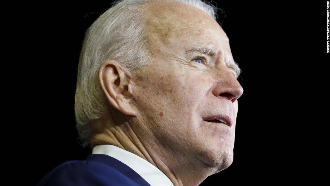Joe Biden mempersempit daftar wakil presidennya, dengan Karen Bass muncul sebagai salah satu dari beberapa pesaing utama