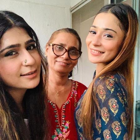 Sara Khan dengan keluarga