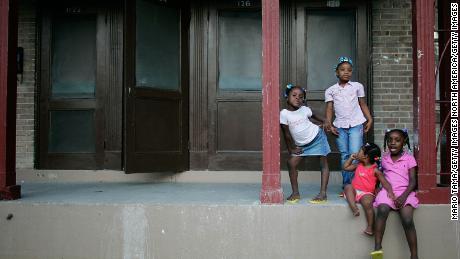 Sisters Corlia, Kayla, Aaliyah dan Kaylen Smith berdiri di teras depan mereka di B.W. Proyek perumahan Cooper di New Orleans.