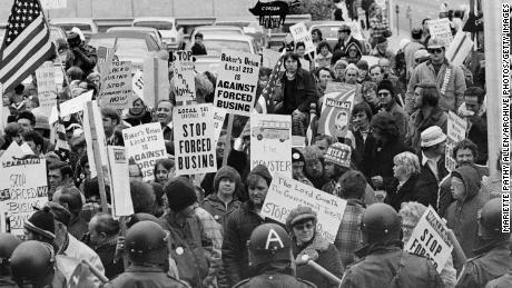 Demonstran membawa rambu-rambu menentang bus sekolah paksa di luar sebuah konvensi para pemimpin Demokrat di Louisville, Kentucky, pada 23 November 1975.
