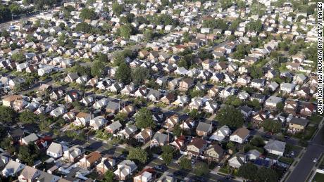 Lingkungan pinggiran kota di Elmont, New York. Terlepas dari undang-undang yang melarang diskriminasi dalam perumahan, banyak kota di Amerika tetap dipisahkan secara ras.
