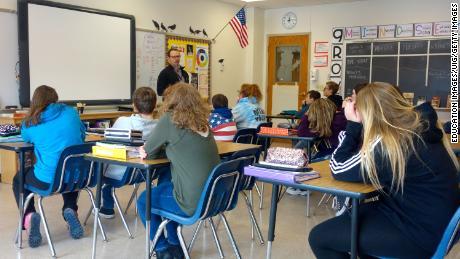 Seorang kepala sekolah berbicara kepada siswa kelas 8 tentang keamanan sekolah di Wellsville, New York. Banyak sekolah umum di AS sebagian besar tetap terpisah.