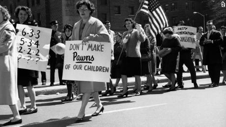 Protes untuk mengintegrasikan sekolah bukanlah hal baru. Pada tahun 1965 anggota orang tua & # 39; asosiasi dipilih di luar Dewan Pendidikan di Brooklyn, New York, menentang proposal untuk mengintegrasikan sekolah umum.