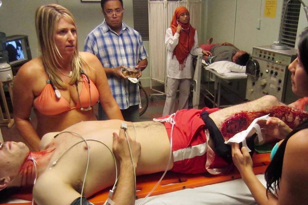 Dokter pahlawan meledakkan seksisme dengan peragaan virus, berpakaian bikini