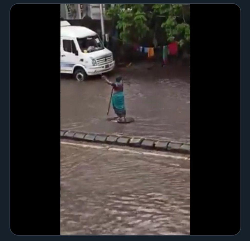 Kekacauan Monsoon: wanita Mumbai berdiri di samping manhole terbuka selama 5 jam untuk mengingatkan penumpang [Video]