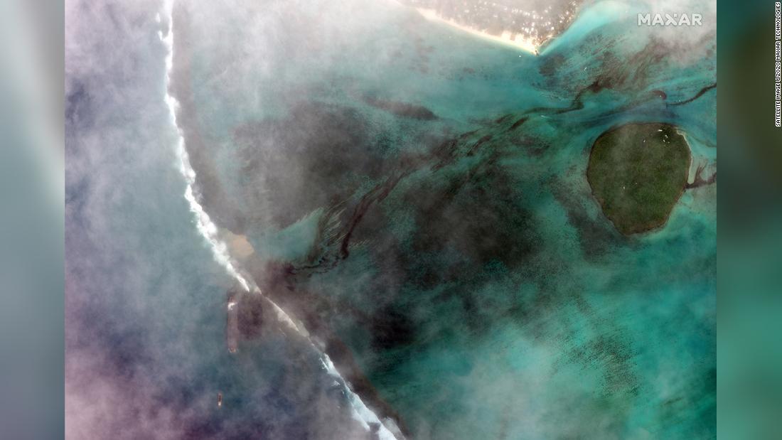Mauritius mengumumkan keadaan darurat lingkungan karena bangkai kapal membocorkan berton-ton solar dan minyak ke laut