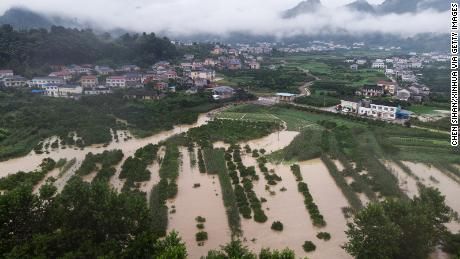 Foto udara yang diambil pada 6 Juli ini menunjukkan lahan pertanian yang banjir di Kabupaten Shimen, di Provinsi Hunan, China tengah. Negara ini telah dilanda banjir terparah yang dialaminya selama bertahun-tahun.