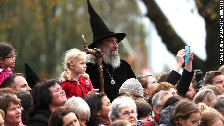 The Wizard menunggu kedatangan Pangeran William dan Kate dari Inggris selama kunjungan kerajaan mereka ke Christchurch pada 14 April 2014.