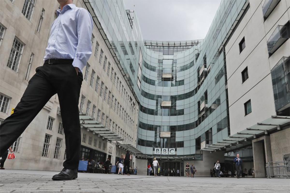 Pembawa acara radio BBC berhenti setelah penghinaan rasial digunakan dalam berita